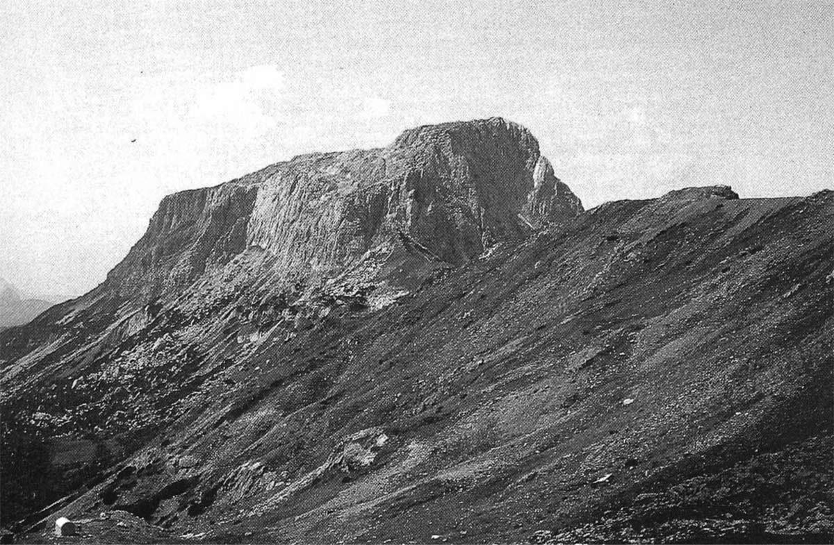 La Creta di Aip dalla sommità della Sella di Vai Dolce. Sulla sinistra in basso si nota la minuscola sagoma del Bivacco Lomasti.
