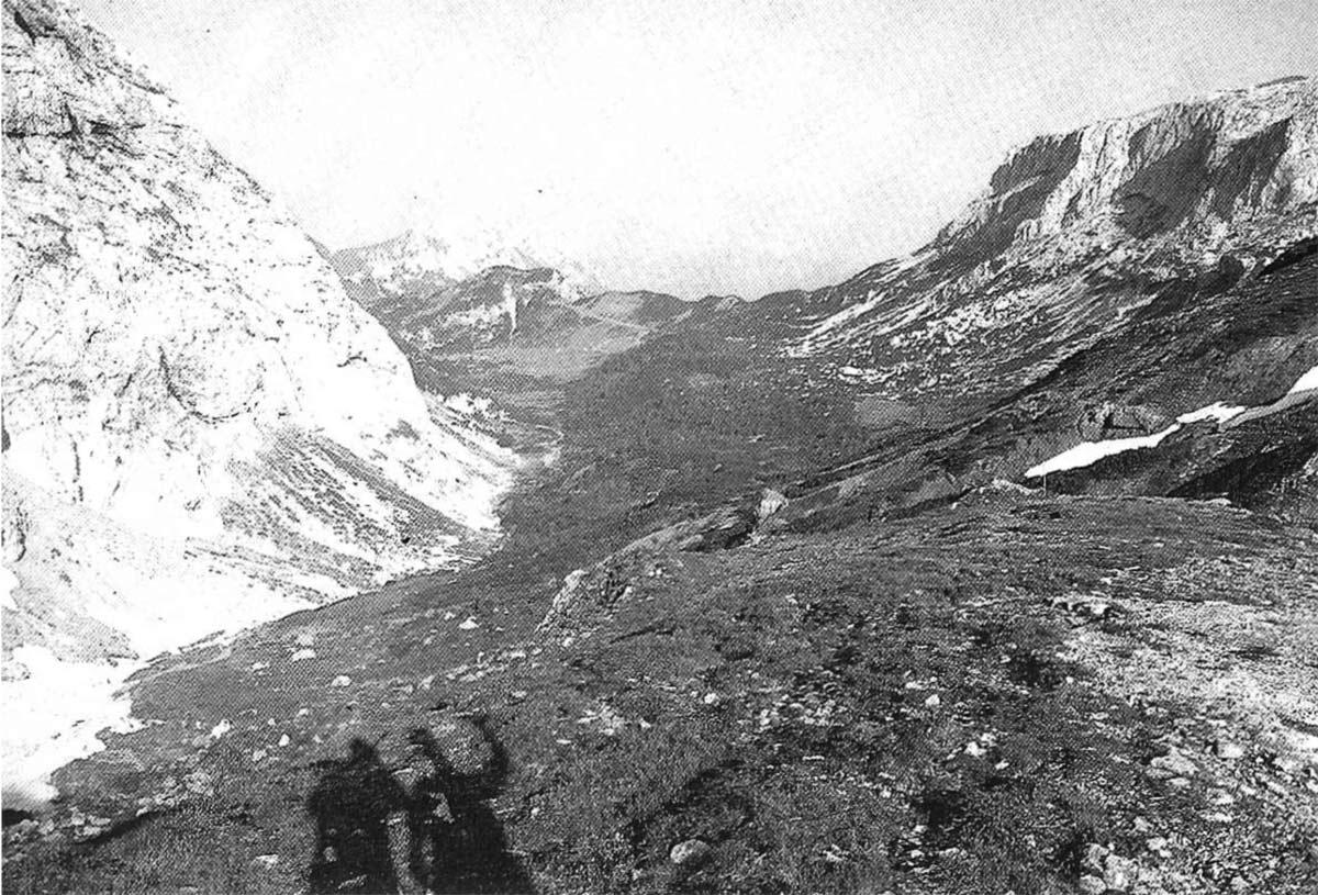 La Valle di Aip vista dal Bivacco Lomasti. Sulla sinistra si scorge l'estrema propaggine della Creta di Rio Secco; sulla destra la Creta di Aip.