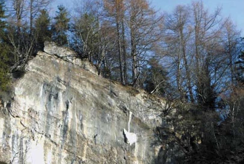 La pala, scagliata con rabbia quasi tre secoli fa sulla roccia di fronte ai Laghetti dal diavolo inferocito. Ricorda la vittoria delle genti di Timau sui poteri satanici.