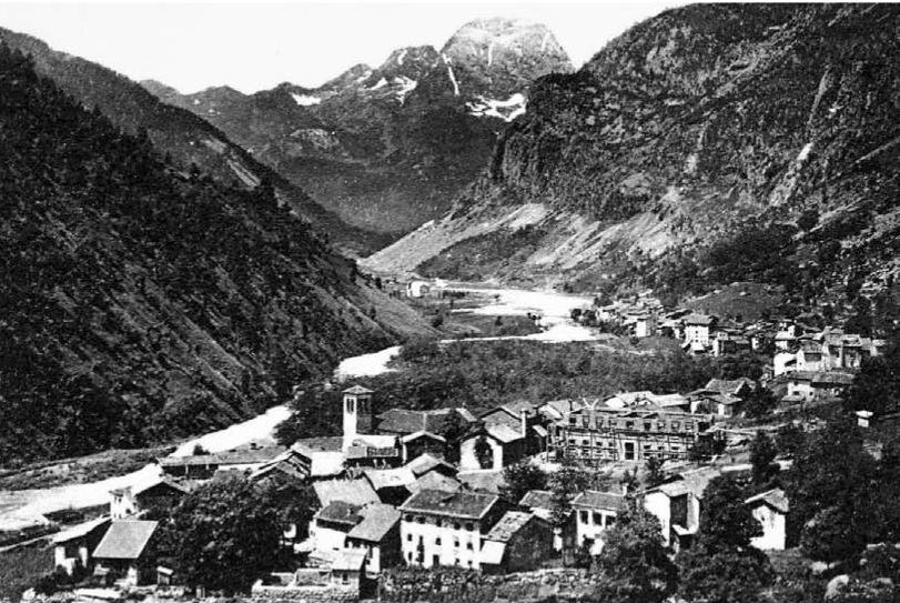 Era il 1910, anno di costruzione della Scuo- la Elementare di Timau, luogo di ritrovamento del manoscritto del XVIII sec. L'edificio stava appena nascendo. (Archivio Mauro Unfer).